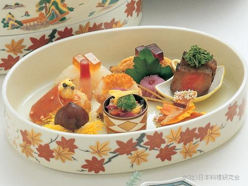 河豚寿司、鮒寿司、白河鯛唐墨焼、牛ロース味噌漬、多羅場蟹香味焼、干子吹寄せ煎餅、渋皮栗毬揚、小鯛菊花南蛮漬