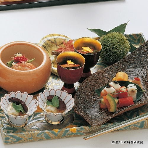 毛蟹身出し、車海老びんろう、蛸柔煮鱚、黄金寿司、赤万願寺鋳込み揚、管長芋、鮭児
